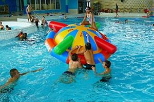 Un Jeu Gonflable Aquatique au milieu de sa piscine